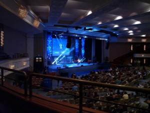 Harper auf Bühne mit Eindruck vom großen Fedcon-Saal