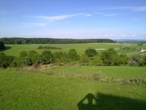 Aussicht von der Grillhütte aus, Blick auf ein Dorf in der Ferne.