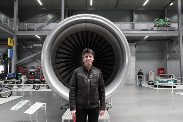 Ich vor einer riesigen Turbine