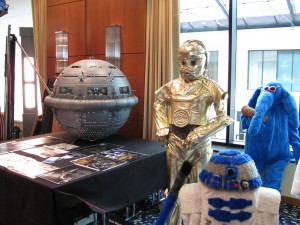 Links das perry-Rhodan-Raumschiff, rechts Plüsch-Star-Wars-Figuren