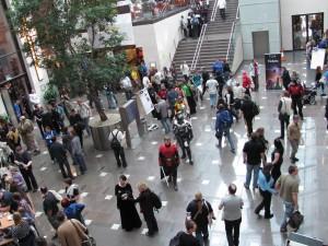 Blick von oben auf den Foyer-Bereich, wo auch viele Aliens zu sehen sind.