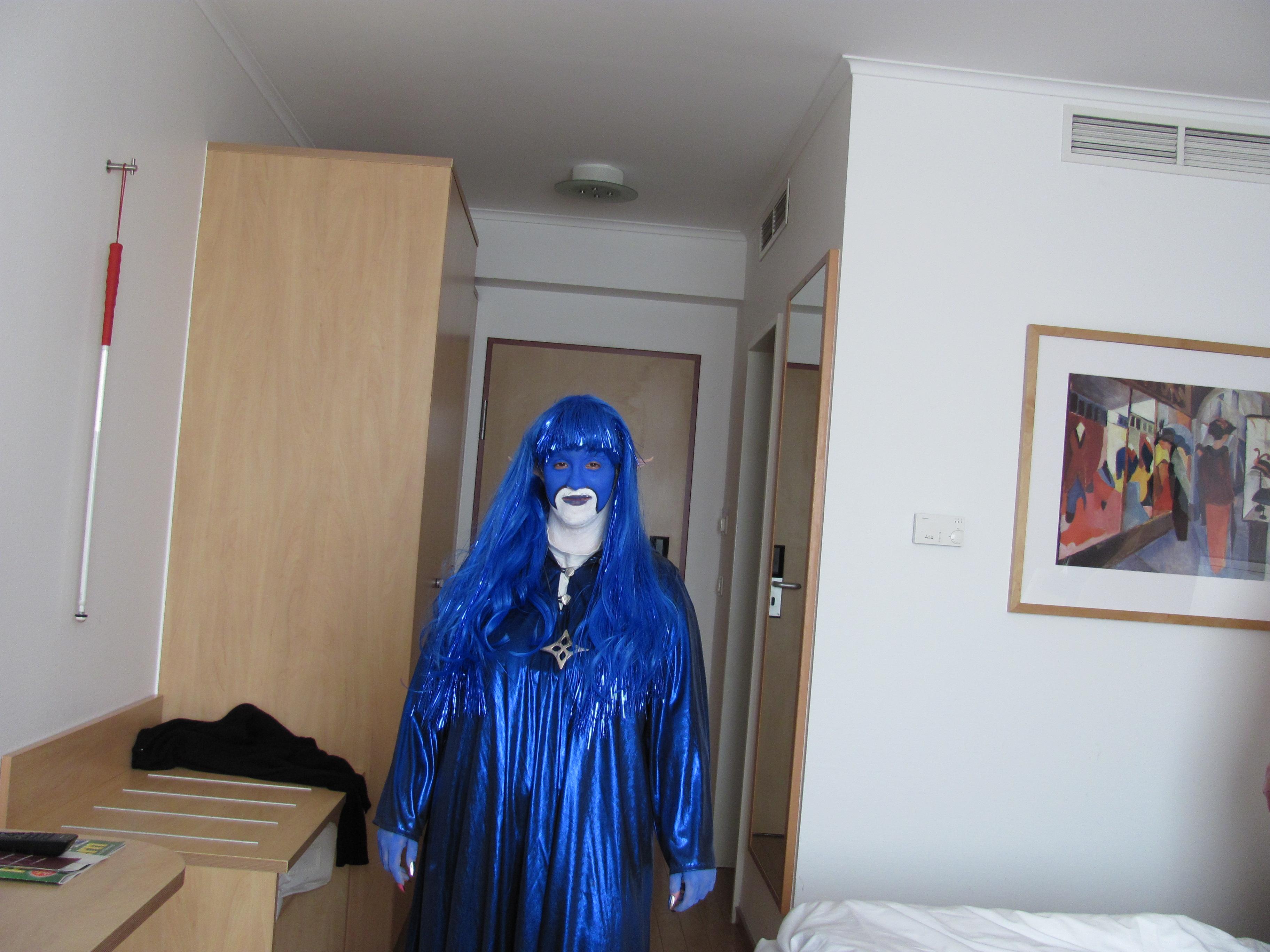 Azur ist ein blaues Alien mit blauen Haaren und blauweißem Gesicht mit Spitzen Ohren