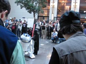 Links R2D2 und rechts ein Darth Vader, der nicht viel größer ist