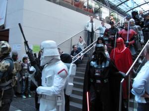 Storm Troopers und Darth Vader kommen die Treppe zum Foyer runter