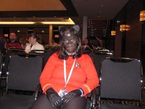 Heike als Catitian mit Katzenmaske und rotem Shirt