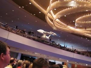 Ferngesteuertes Raumschiff fliegt im Hauptsaal