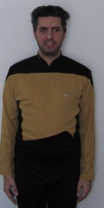 Ich in einer goldenen TNG-Uniform, wie sie von Wissenschaft und Technik getragen wird.