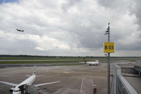 Startendes Flugzeug bei bedecktem Himmel