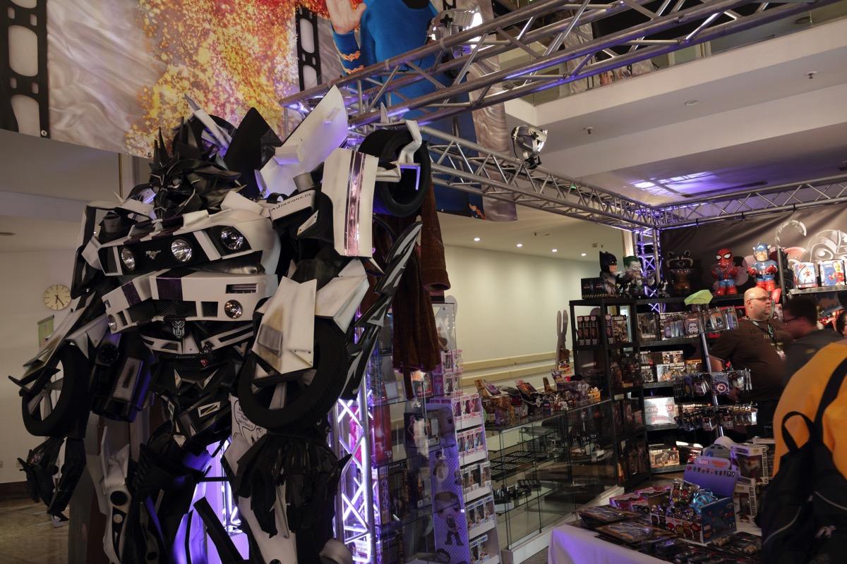 Ein etwa 2 Meter großer Transformer, der sich auch bewegen kann.