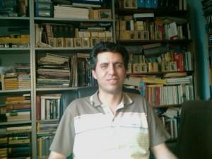 Foto von mir mit Bücherregal im Hintergrund